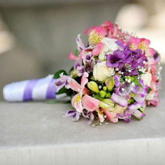 Букет невесты из роз и альстромерий «Мечта невесты»
