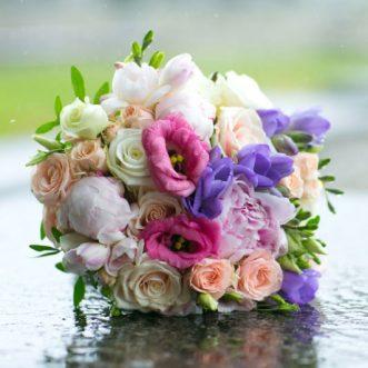 Букет невесты из кустовых роз и фрезий «В объятиях»