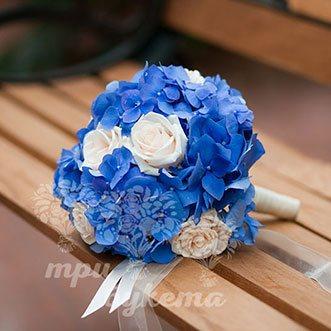 Букет невесты из синих гортензий и роз