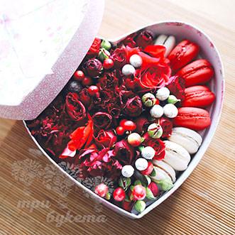 Зимние цветы с макарунами в сердце
