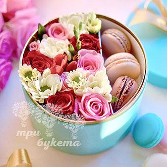 3 макаруна с розами