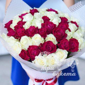 buket-iz-51-beloj-i-krasnoj-rozy